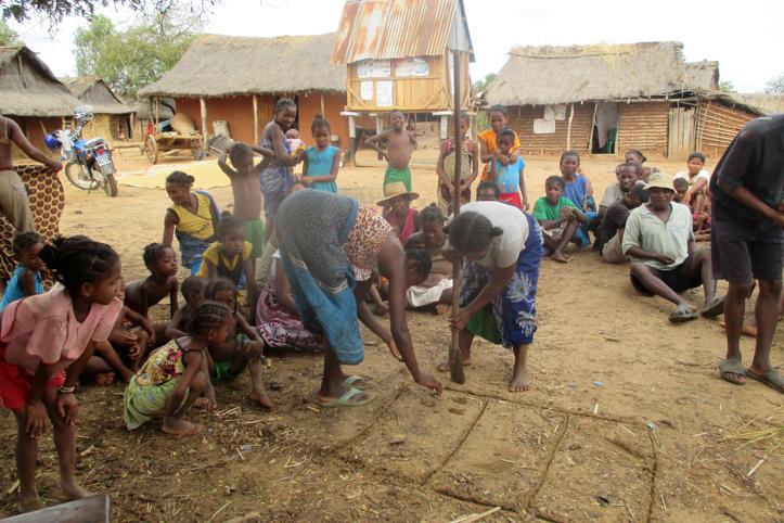 Foto: Madagassen bei einem Klimaspiel.