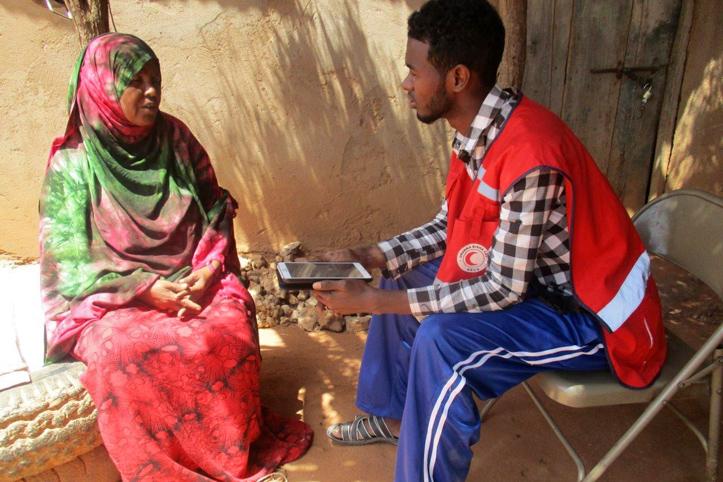 Foto: Somalierin im Gespräch mit einem Rothalbmondhelfer