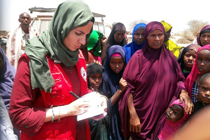 Foto: DRK-Mitarbeiterin mit somalischen Familien