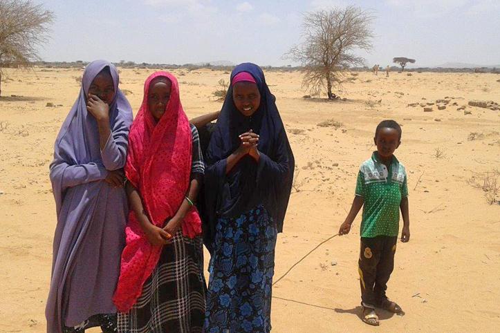 Foto: drei Mädchen und ein Junge in der somalischen Steppe
