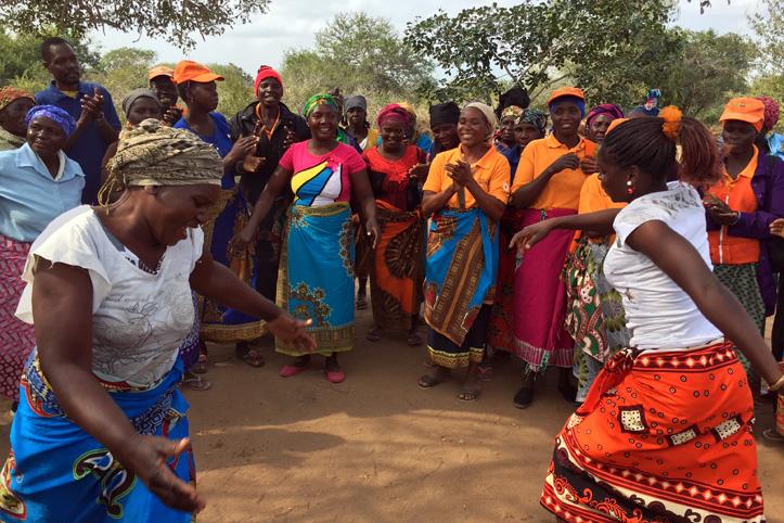 Foto: Eine gruppe Mosambikanerinnen tanzt und klatscht.
