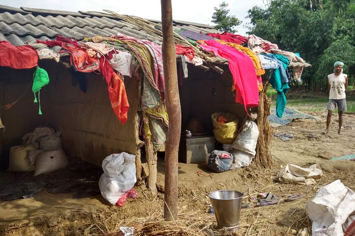 Foto: von Überschwemmung betroffenes Haus in Nepal mit Kleidung auf dem Dach