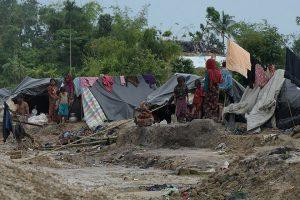 Foto: Schwarze Zeltplanen wurden über sperrliche Gerüste positioniert und dienen den Familien als Unterkunft