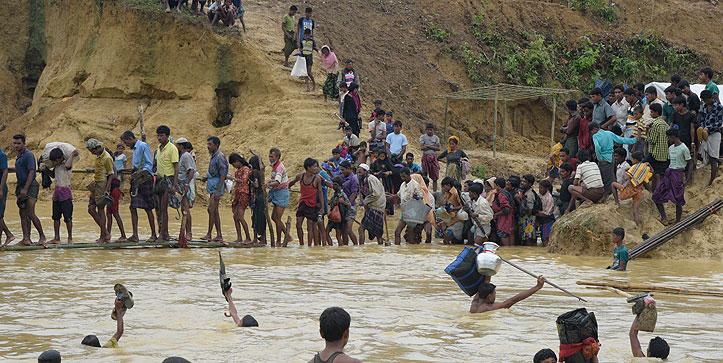 Foto: Viele Menschen versuchen einen dreckigen Fluss im Flüchtlingslager zu überqueren