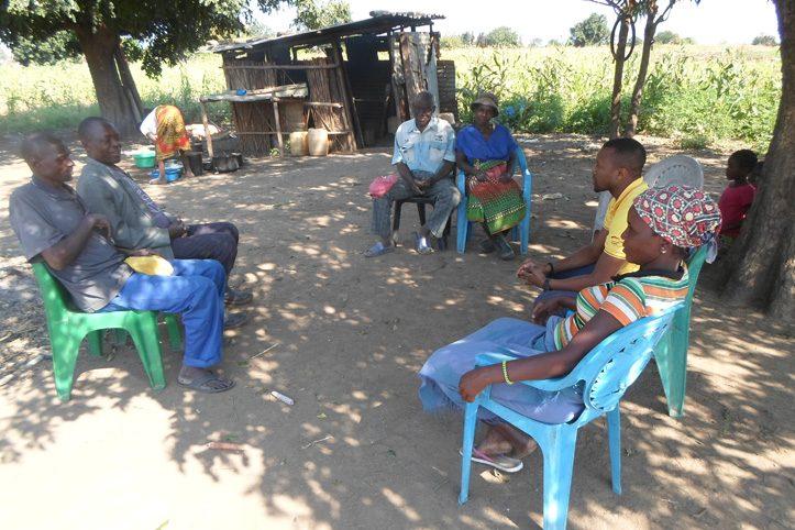 Foto: Gemeindemitglieder von Mondiane sitzen zusammen