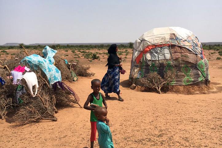Foto: Eine somalisches Familie vor ihrer Hütte in der Steppe