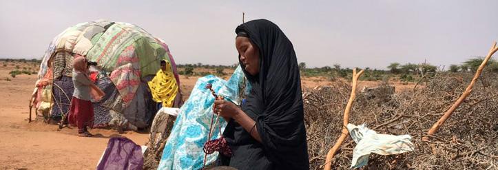Foto: Somanilische Frau und Kinder vor ihrer Hütte