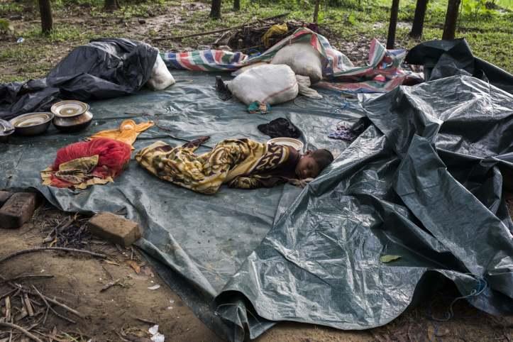 Aus Rakhine geflohener Junge schläft auf Plastikplane