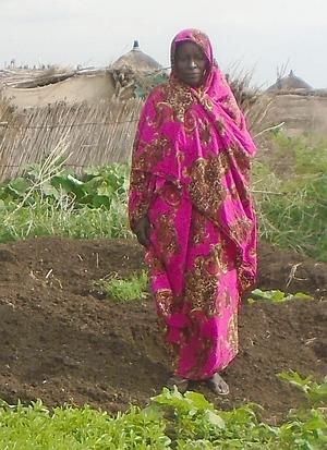 Sudanesische Bäuerin in ihrem Garten