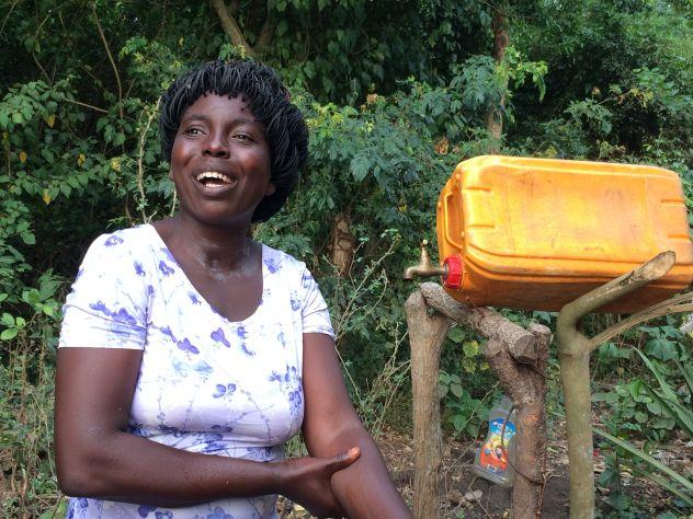 Frau vor Händewaschstation
