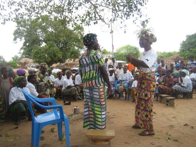 Sketch-Vorführung vor Dorfgruppe