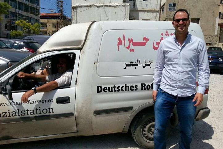 Foto: DRK-Mitarbeiter in Gaza vor einem Auto mit Aufschrift eines DRK-Kreisverbandes