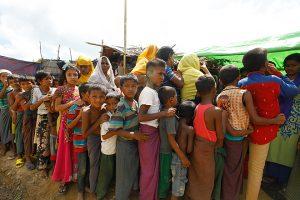 Flüchtlingskinder aus Rakhine stehen schlange