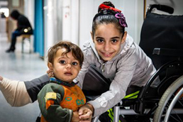 Foto: zwei Kinder auf dem Flur eines Krankenhauses