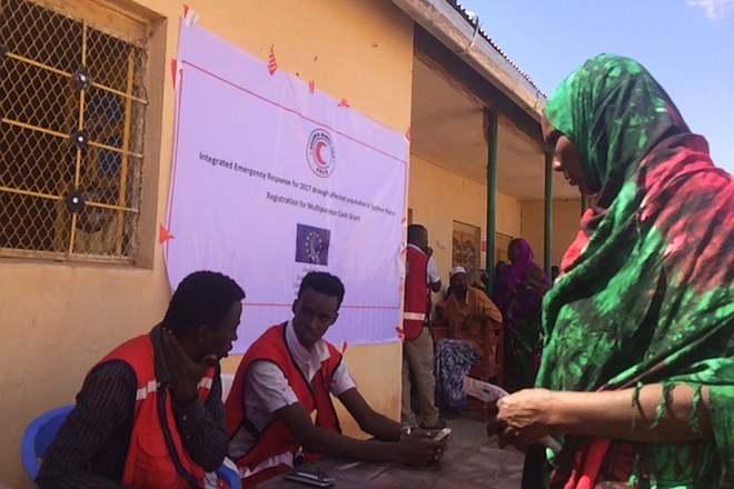 Helfer des Somalischen Roten Halbmonds und Frau