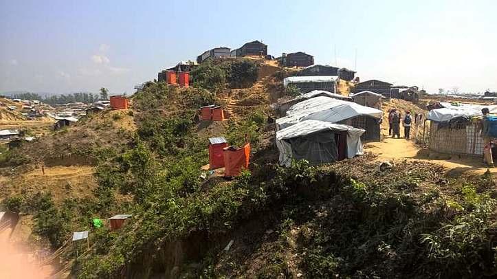 Hütten und Latrinen auf einer Anhöhe