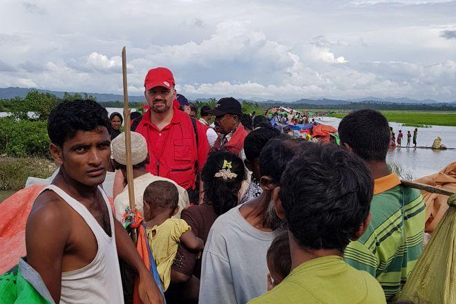 Flüchtlinge und DRK-Mitarbeiter auf einem Damm in Bangladesch
