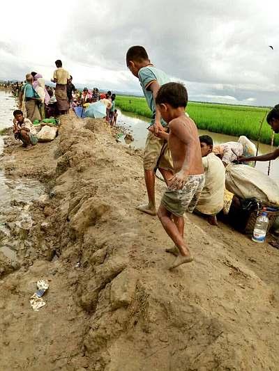 Kinder auf einem schlammigen Damm