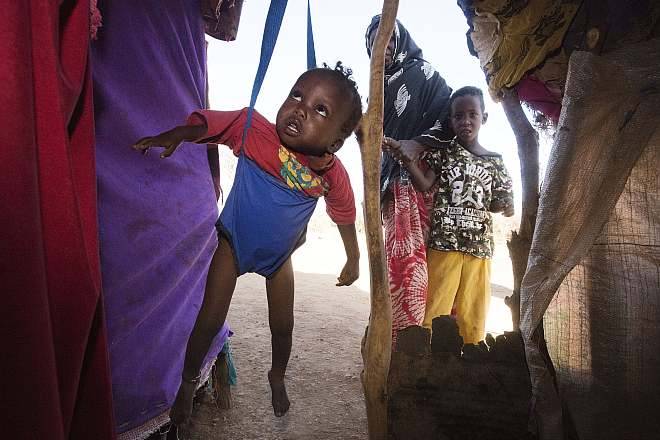 Somalisches Baby wird in der mobilen Klinik gewogen