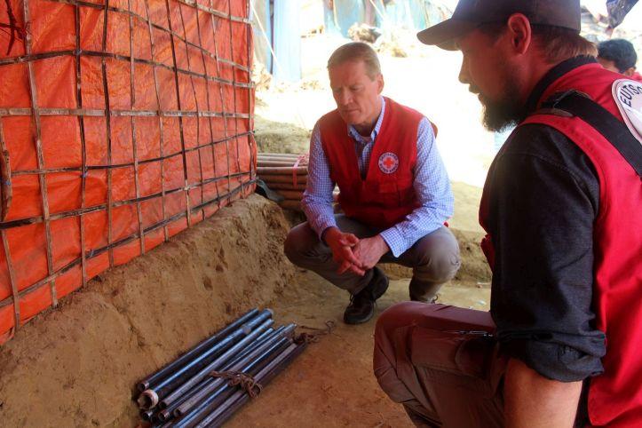 Christian Reuter mit Material zum Bau von Wasserleitungen