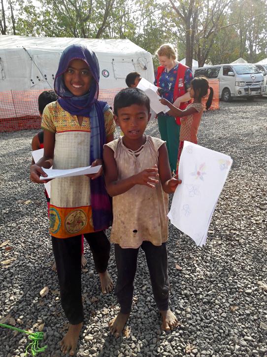 Foto: Kinder aus Rakhine mit Bildern in den Händen
