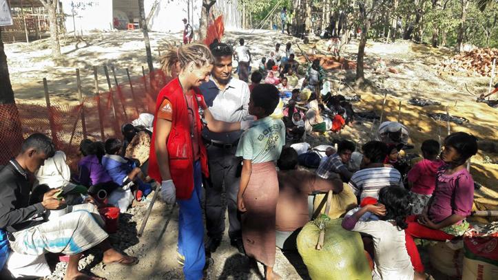 Foto: Rotkreuzschwester im Gespräch mit einem Flüchtling im Camp in Bangladesch