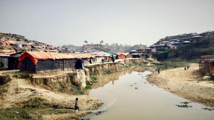 Foto: Hütten eines Flüchtlingscamps an einem Fluss in Bangladesch