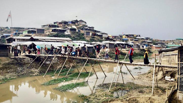 Foto: Eine einfachste Brücke verbindet die Teile des Flüchtlingscamps in Bangladesch