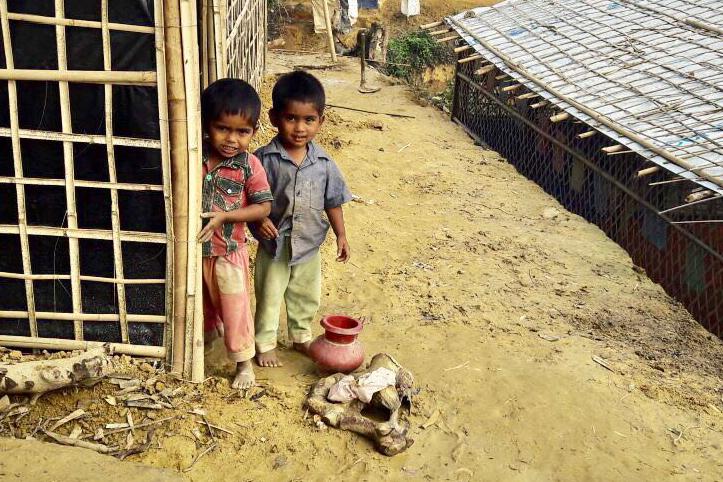Foto: Flüchtlingskinder vor ihrer Hütte in Bangladesch