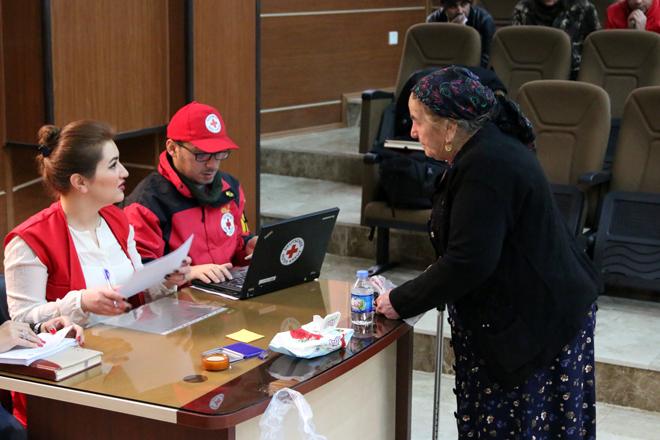 Foto: Eine Seniorin bei einer Bargeldverteilung des Irakischen Roten Halbmonds und DRK