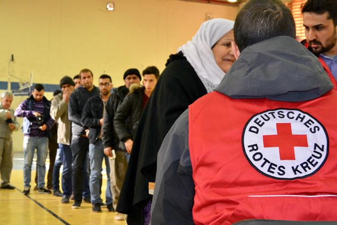 Foto: Warteschlange bei einer Bargeldverteilung im Irak