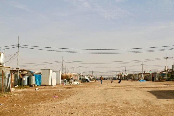 Foto: Sandstraße und Oberleitungen im Flüchtlingscamp Domiz
