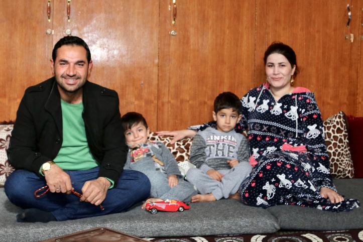 Foto: Eine syrische Familie sitzt auf dem Boden eines Zimmers