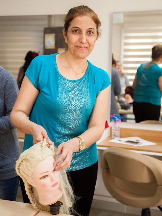 Foto: Portrait einer syrischen Geflüchteten bei erinem Frisierkurs in der Türkei
