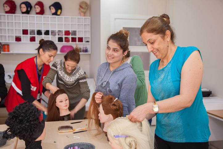 Foto: syrische Frauen in einer Frisierklasse in der Türkei