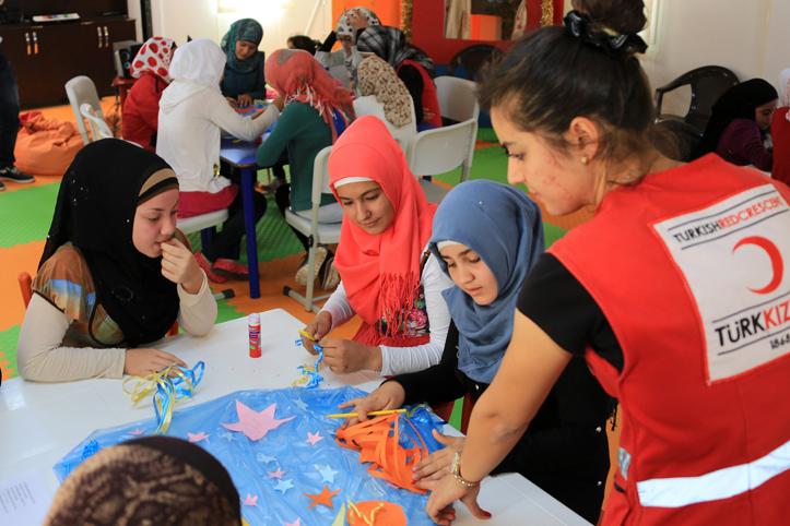 Foto: Kinder basteln beim Türkischen Halbmond