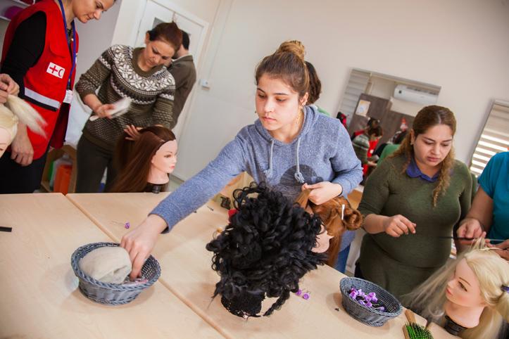 Foto: syrische Frauen beim Frisierkurs im Gemeindezentrum des Rotenhalbmonds