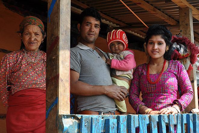 Nepalesische Familie vor ihrem Haus