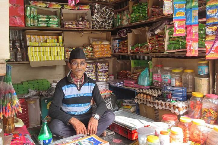 Ladenbesitzer in Ghorka, Nepal