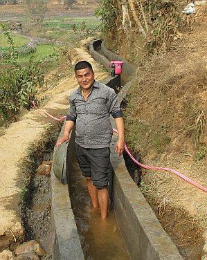 Wasserkanal im Erdbebengebiet in Nepal