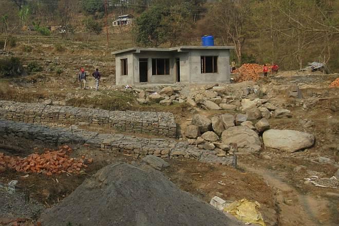 Neu errichtete Schutzmauern und Haus