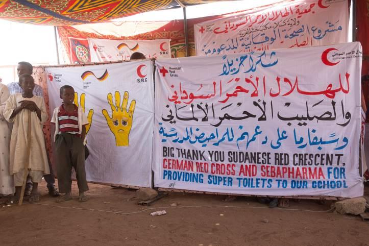 """""""Ein großes Dankeschön für die Super-Toiletten!"""" steht auf dem Transparent"""