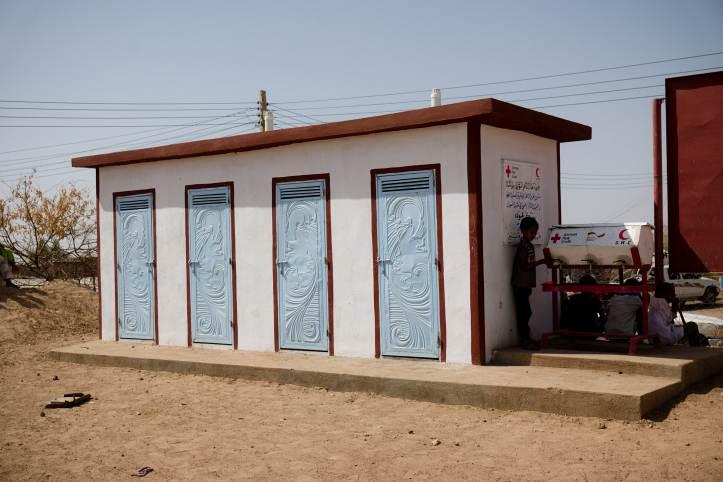 Schullatrinen und Handwaschstation
