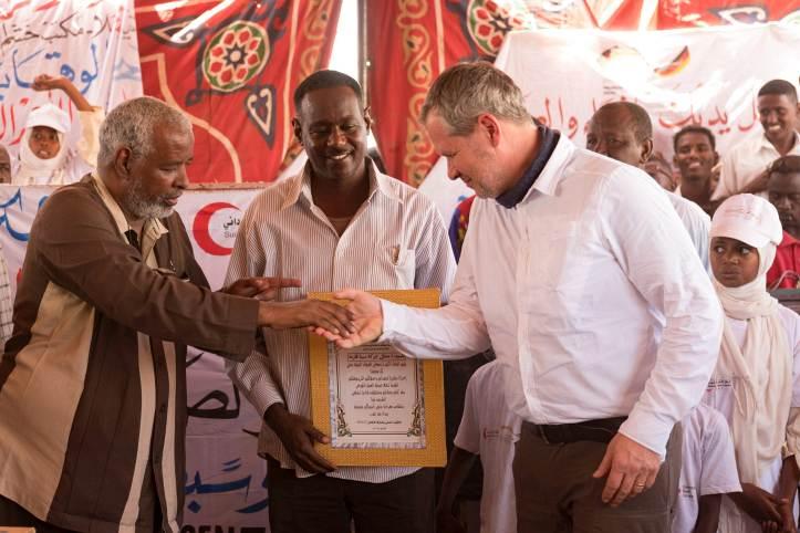 Der Sudanesische Schulleiter bedankt sich für die Spende bei Udo Klüwer.