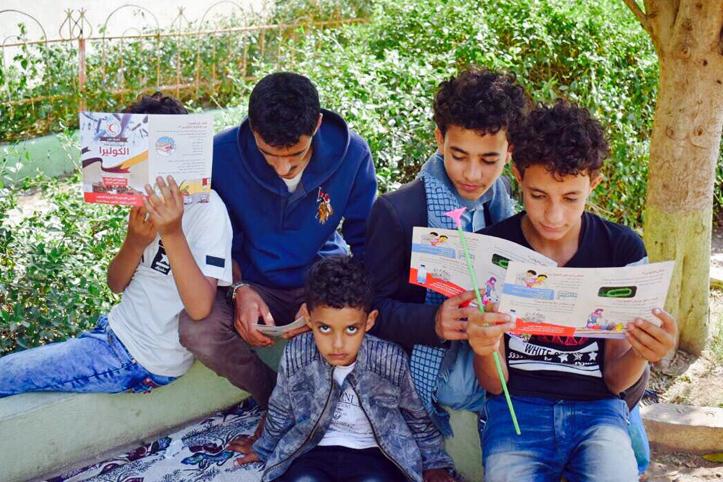 Foto: Jemenitische Jugendliche lesen Aufklärungsbroschüren