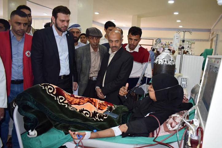 Foto: Eine Jemenitiin bei der Dialyse mit Besuchergruppe