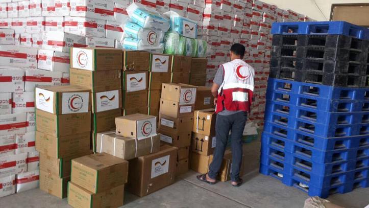 Foto: gestapelte Hilfsgüter im Jemen