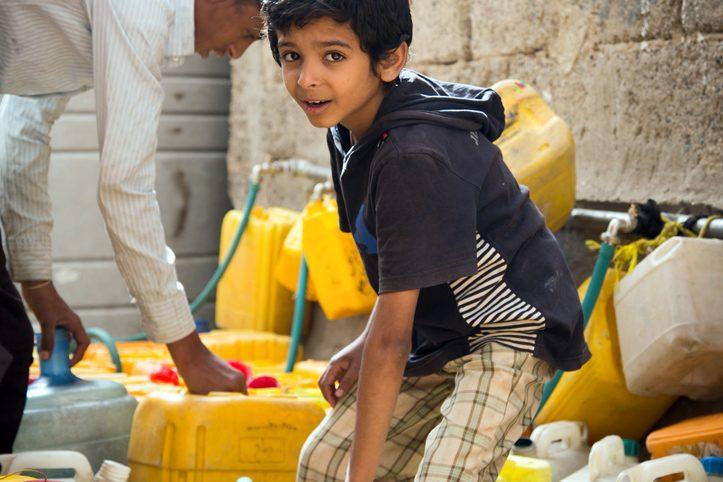 Foto: Jemenitischer Junge an Wasserausgabestelle