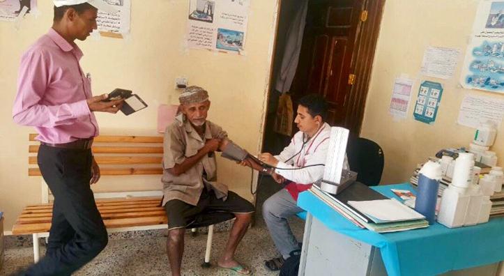 Foto: Ärztliche Untersuchung eines jemenitischen Senioren