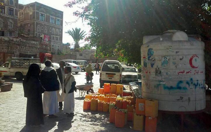 Foto: Jemeniten und ihre Wasserkanister an einer Versorgungsstelle